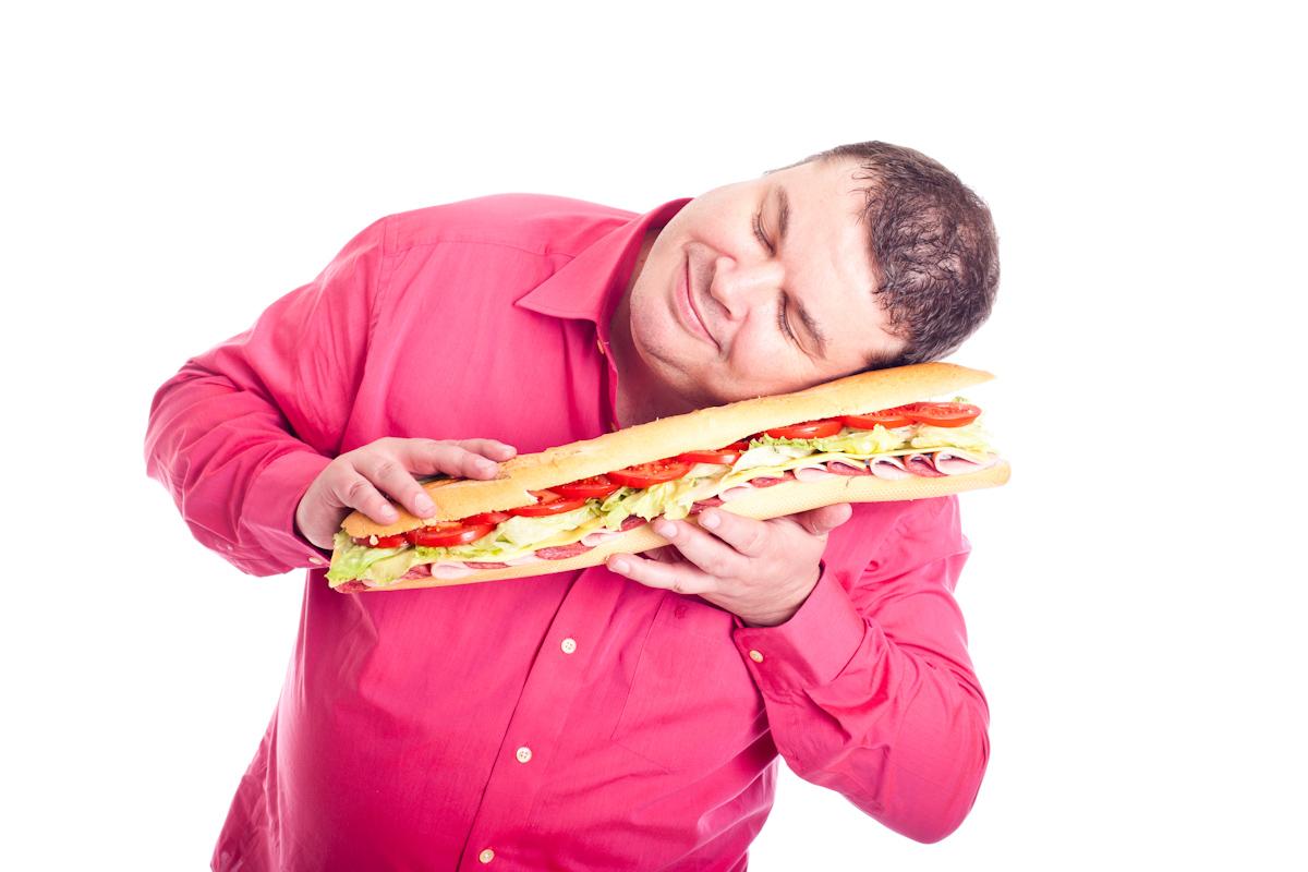 Dicker Mann verliebt in ein riesiges Sandwich
