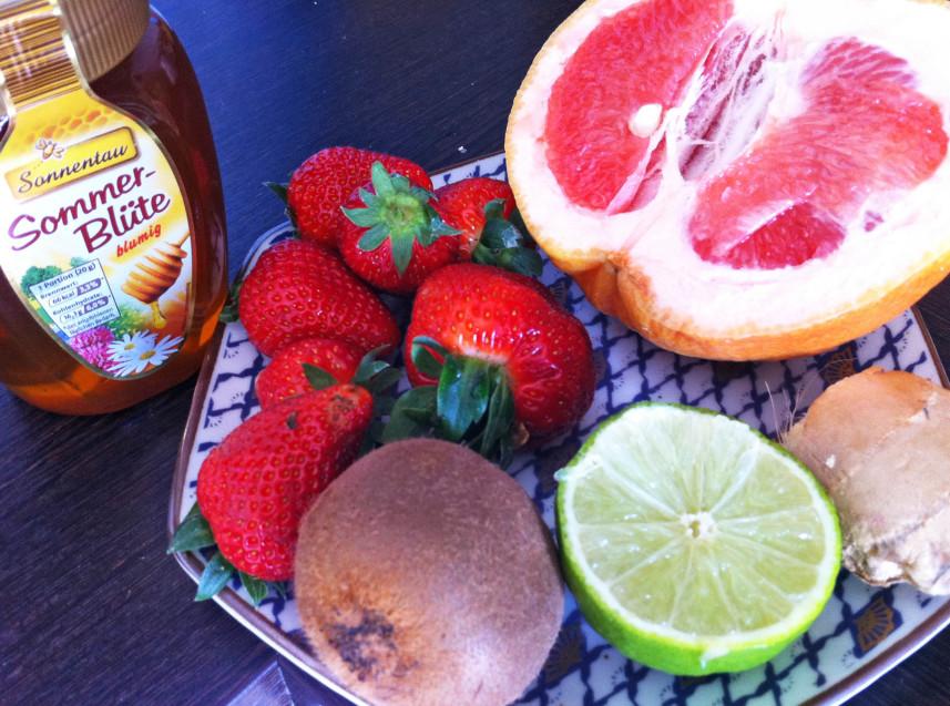 smoothie mit grapefruit kiwi erdbeer honig