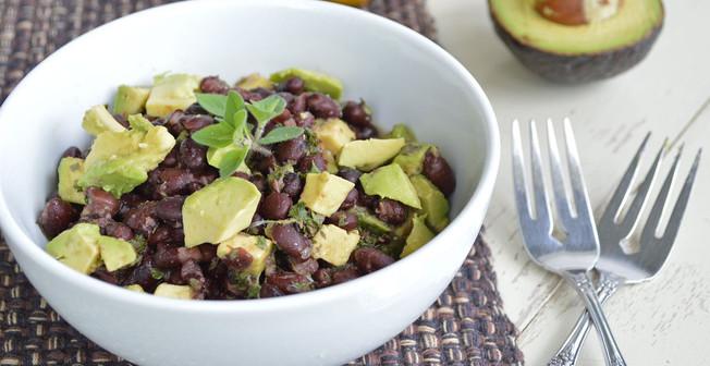 leckerer Avocado-Bohnen Salat mit Kochschicken