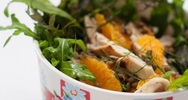 rucola salat mit schweinefilet und physalis